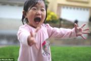 Menina se emociona ao ver a chuva pela primeira vez
